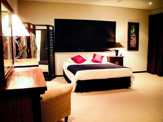 Chambre d'hôtel avec lit double et meuble