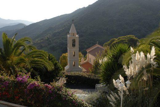 on vois le clocher du village Pila Canale