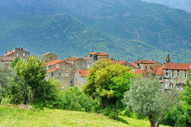 une photo d'un village de la Corse